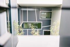 Glipse di una costruzione moderna con le finestre geometriche Fotografie Stock Libere da Diritti