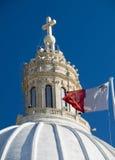 Église avec le groupe maltais de Malte d'indicateur Image libre de droits