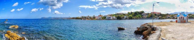 Église blanche sur le panorama 02 de Crète Images stock