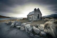 Église de bord de lac Photographie stock