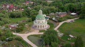 ?glise de la nativit? de la Vierge dans Podmoklovo, Russie banque de vidéos