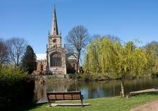 Église de trinité sainte et le fleuve Avon Images stock