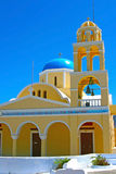 Église jaune dans Santorini Photo stock
