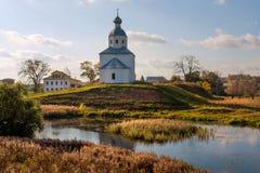 ?glise sur une c?te Infiniment en Russie La ville de Suzdal photo libre de droits