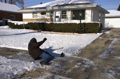 Glissade, automne sur le trottoir glacial, accident à la maison Photo libre de droits