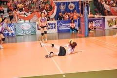 Glissement avec la boule dans le chaleng de joueurs de volleyball Photographie stock libre de droits