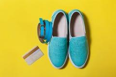 Glissement bleu de femmes sur des chaussures une ceinture et une carte de crédit Photo libre de droits