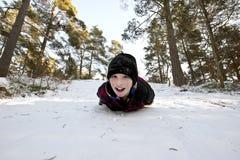 Glissement dans la neige sur le ventre Photographie stock libre de droits