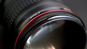 Glissement de l'objectif de caméra avec l'anneau rouge et l'élément en verre frontal énorme banque de vidéos