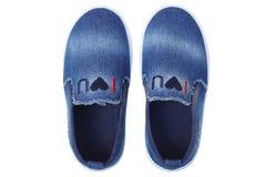 Glissement de treillis de denim sur des chaussures Photos stock