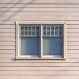 Glissement du vitrail d'une maison avec le mur blanc photos stock
