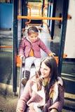 Glissement ensemble Mère et fille dans le terrain de jeu Images libres de droits