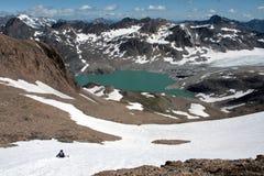 Glissement vers le bas à partir du dessus de la montagne Photographie stock libre de droits