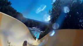 Glissement vers le bas dans le parc aquatique banque de vidéos