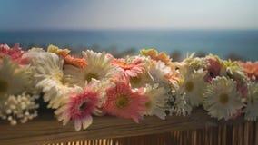 Glisseur de composition florale en mariage de plage banque de vidéos