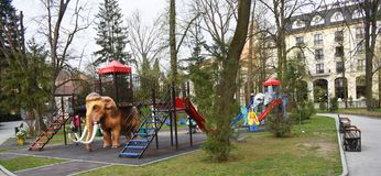 Glisseurs color?s en beau parc de Zavoi de Ramnicu Valcea dans une journ?e de printemps photographie stock libre de droits