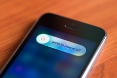 Glissez aux options de mise hors tension sur l'iPhone 5S d'Apple Photos stock