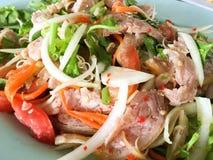 Glissez la salade grillée de porc images stock