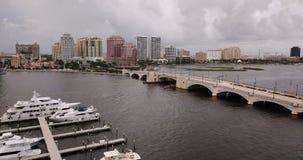 Glissière aérienne laissée au-dessus des voies d'eau de marinas de bateaux de Palm Beach la Floride banque de vidéos
