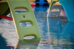 Glissière d'eau d'attraction pour des enfants dans la piscine en mer image libre de droits