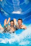 Glissière d'eau de personnes au parc d'aqua photos libres de droits