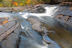 Glissière d'eau naturelle douce sur la rivière de Muskoka photos libres de droits