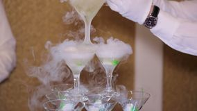 Glissière de Champagne avec une vapeur de glace carbonique, plan rapproché banque de vidéos
