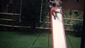 glissière (de film de 8mm) de sort malheureux avec la piscine 1955 banque de vidéos