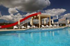 Glissière de parc aquatique et piscine dans un lieu de villégiature luxueux dans le delta de Danube Image libre de droits