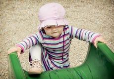 Glissière de petite fille et de terrain de jeu Photo stock