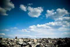 Glissière de roche contre le ciel bleu Photos libres de droits