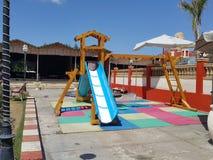 glissière de terrain de jeu pour des enfants à l'intérieur de du restaurant Images libres de droits