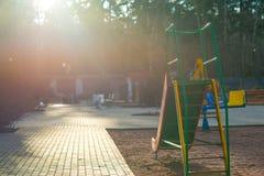 Glissière du ` s d'enfants contre le Sun Photos stock
