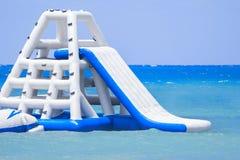 Glissière gonflable à une île-hôtel des Caraïbes Image stock