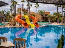 Glissières à la piscine de station de vacances Image libre de droits
