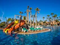 Glissières à la piscine de station de vacances Photographie stock