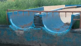 Glissières abandonnées dans le parc aquatique extérieur pendant l'été banque de vidéos
