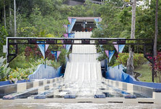 Glissières d'eau à un parc aquatique de loisirs Image stock