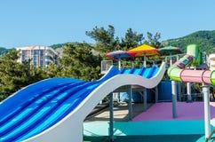 Glissières d'eau colorées au parc aquatique Photographie stock libre de droits