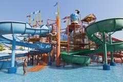 Glissières d'eau du ` s d'enfants dans le ` de Tiki-Tak de ` de parc aquatique dans le village de station de vacances de Dzhemete Images stock