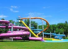 Glissières d'eau et piscine, aquapark en parc vert photographie stock