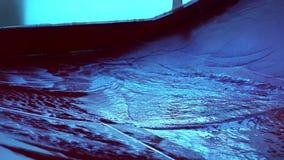 Glissières d'eau rouge en parc d'attractions d'été banque de vidéos