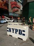 Glissières de sécurité concrètes de NYPD, Times Square, NYC, Etats-Unis Photos stock