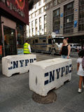 Glissières de sécurité concrètes de NYPD, Times Square, NYC, Etats-Unis Photographie stock libre de droits