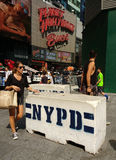 Glissières de sécurité concrètes de NYPD, Times Square, NYC, Etats-Unis Images libres de droits