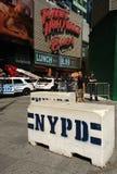 Glissières de sécurité concrètes de NYPD, Times Square, NYC, Etats-Unis Photographie stock