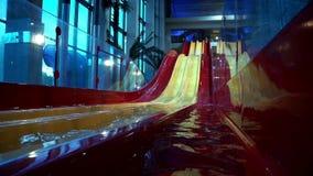 Glissières et piscine d'eau en parc d'aqua clips vidéos