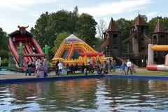 Glissières gonflables à un parc d'attractions Photographie stock libre de droits
