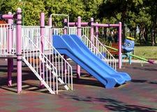 Glissière bleue en parc Image libre de droits