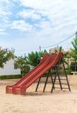 Glissière moderne de terrain de jeu d'enfants Images libres de droits